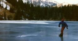 برف سے جمی جھیل پر آئس اسکیٹنگ