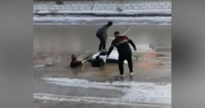 چین میں کاربے قابو ہوکربرف سے جمی جھیل میں جا گری