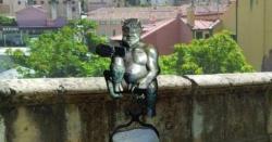 اسپین میں شیطان مسکراتے ہوئے سیلفی لینے لگا، جج نے فن پارے کی تنصیب پر عارضی پابندی لگا دی