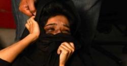 کراچی میں پولیس اہلکاروں کا شادی شدہ جوڑے پر سرعام تشدد