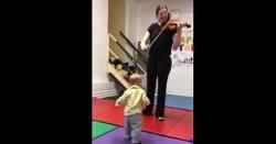 امریکا: کمسن بچے کو موسیقی کی دْھن بھا گئی