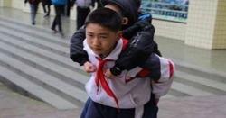 معذور دوست کو روزانہ پیٹھ پر لاد کر اسکول لے جانے والا 12 سالہ بچہ