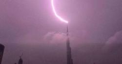 برج خلیفہ پر آسمانی بجلی کڑکنے کے مناظر