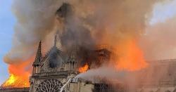 پیرس کے تاریخی کلیسا میں آتشزدگی سے مینار گر گیا، آگ بجھا دی گئی