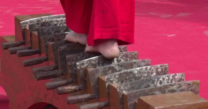 چین: خطروں کے کھلاڑی کاتیزدھاربغدوں پر چلنے کا مظاہرہ