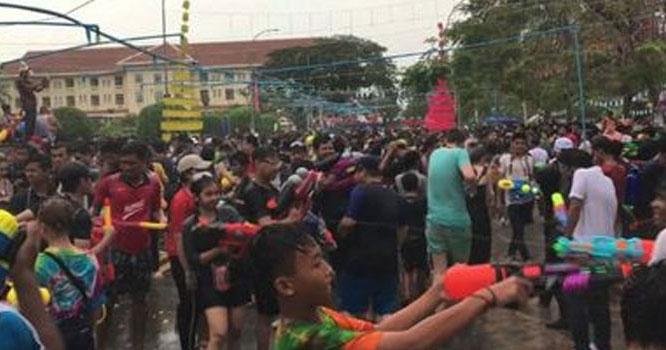 کمبوڈیا میں پانی کی پستول سے جنگ