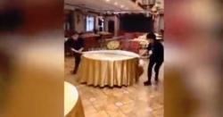 کھانے کی میزیں تیزی سے سیٹ کرنے والے عملے کی ویڈیو وائرل