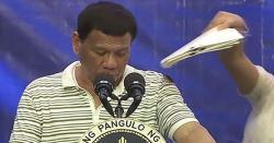 تقریر کے دوران فلپائن کے صدر کی شرٹ پر لال بیگ چڑھ گیا