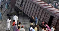 کراچی جانے والی ٹرین کوحادثہ، 13 بوگیاں پٹری سے اترگئیں