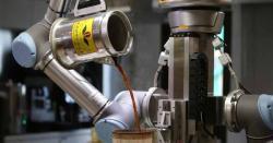 چین:چائے بنانے والا روبوٹ لوگوں کی توجہ کا مرکز