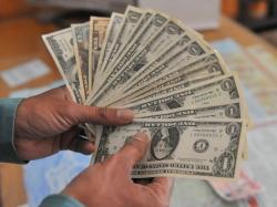 انٹربینک اور اوپن مارکیٹ میں ڈالر کی قدر مزید گر گئی