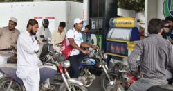 حکومت موٹرسائیکلوں کیلیے سستا پٹرول بنانے کی اجازت دے، ریفائنریز کا دباؤ