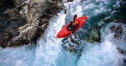 بلند آبشار پر کائیکنگ کا شاندار مظاہرہ