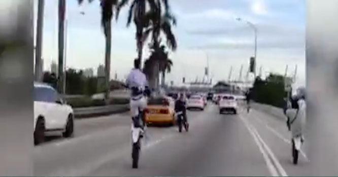 نوجوان کی ٹریفک جام کے دوران ون وہیلنگ