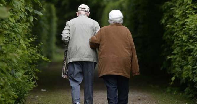 خواتین مردوں سے زیادہ لمبا عرصہ زندہ کیوں رہتی ہیں؟ سائنسدانوں نے جواب دے دیا