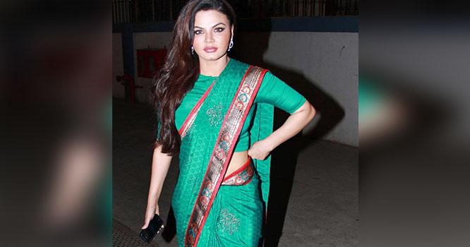 بھارتی اداکارہ راکھی ساونت کی پاکستانی پرچم کیساتھ تصویر وائرل، ہنگامہ بر پا ہو گیا