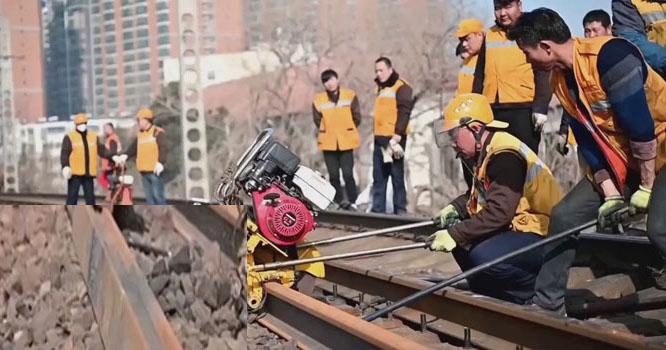 چینی مزدوروں نے 2گھنٹوں میں نئی ریلوے لائن بچھا دی