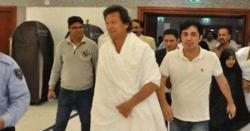 مدینہ منورہ میں حاضری کے دوران بھی عمران خان کو دیکھ کر صدقہ چور، زکوٰۃ چور کے نعرے لگ گئے