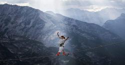 پہاڑوں کے درمیان تنی رسی پر چلنے کا خطرناک مظاہرہ