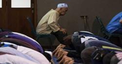 مسجد میں کرسی پر بیٹھ کر نماز پڑھنا جائز ہے یا ناجائز ؟ نامور پاکستانی عالم دین نے فتویٰ جاری کر دیا