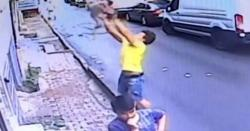 نوجوان نے بلند عمارت سے گرنے والی کم سن بچی کو بچالیا، ویڈیو وائرل
