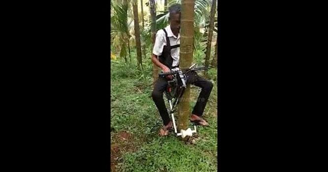 درخت پر چڑھنے کے لیے موٹر سائیکل تیار