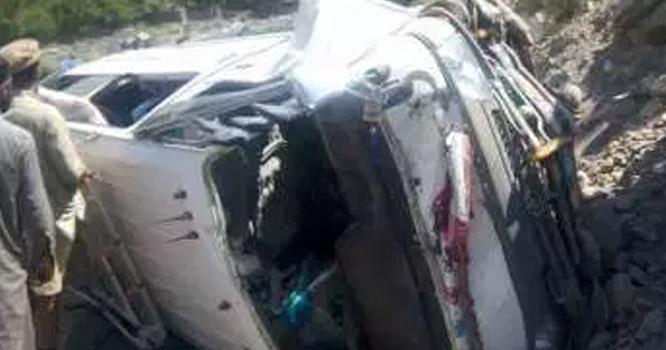 چلاس:مسافرگاڑی بے قابوہوکردریامیں جاگری،7افرادجاں بحق،3زخمی