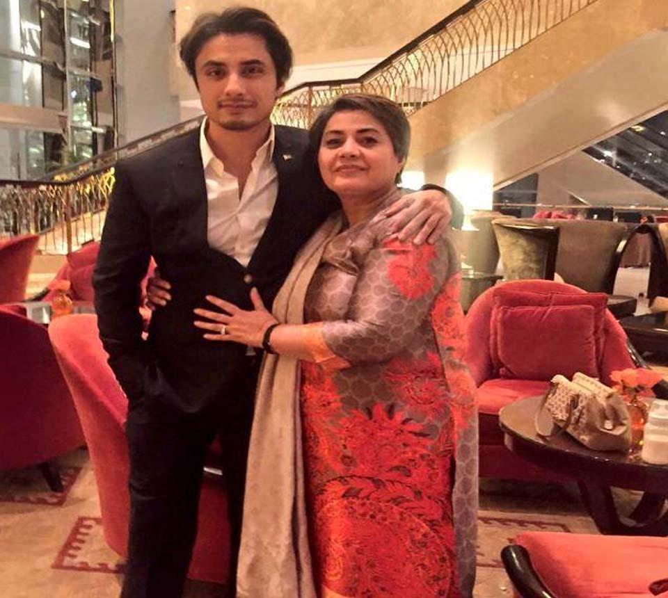 گلوکارہ علی ظفر نےاپنی والدہ کو نوکری دلوانے کےلئےوزیر اعظم  عمران خان کی سفارش کروا لی