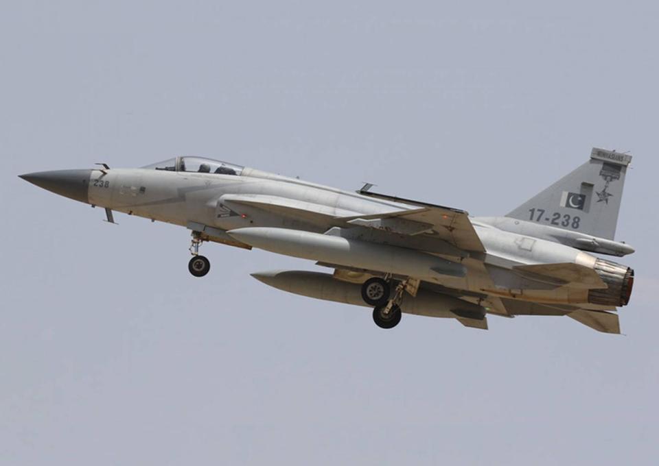 پاکستانی طیارے JF17تھنڈر نے دنیا بھر میں مشہور رافیل طیارے کو اس کے گھر میں ہی شکست فاش دے ڈالی