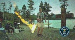 ایک شخص نے ایک منٹ میں 64 بار جلتی ہوئی تلوار کو اچھالنے اور پکڑے کا عالمی ریکارڈ بنا لیا
