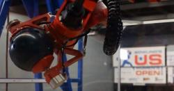 بولنگ کھیلنے والا روبوٹک آرم