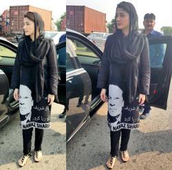 مریم نواز شریف کی سیاہ قمیض کے دامن پر ان کے والد میاں نواز شریف کی تصویر چھپی ہوئی ہے
