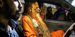 ''گولڈن بابا'' 16 کلو سونا پہننے والی سرکار کے محافظوں کی تعداد کتنی ہے ، یہ بابا کون ہے ؟ جانئے