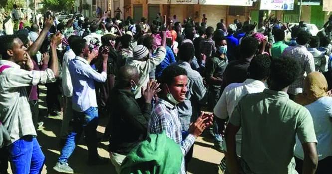 سوڈان میں فوجی حکومت کے خلاف لوگ بڑی تعداد میں سڑکوں پر نکل آئے