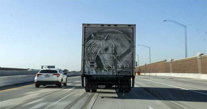 دھول مٹی سے گاڑیوں پر شاندار تصاویر بنانے والا امریکی شہری
