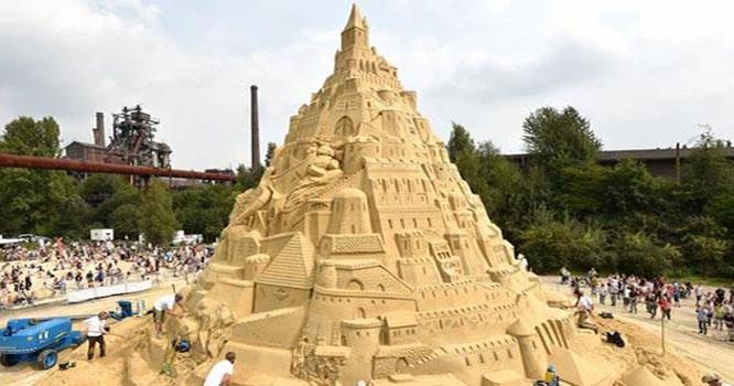جرمن فنکار نے ریت سے دنیا کا سب سے بلند قلعہ بنا ڈالا
