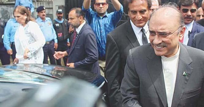 کمرہ عدالت میں آصف زرداری کے قدموں میں ایساشخص آکر بیٹھ گیا