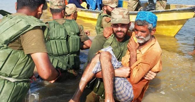 سندھ میں سیلابی صورتحال، حکومت غائب، مشکل وقت میں پاک فوج کشتیاں لے کر شہریوں کی مدد کو پہنچ گئی