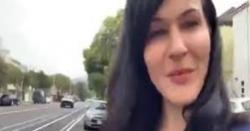 انصاف نہ ملنے پرامریکی خاتون کابھارت سفارتخانے سے سامنے احتجاج