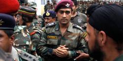 دھونی کشمیر کی حالت سے بے فکر نکلے، بھارتی فوجیوں کیساتھ ملکر مقبوضہ وادی میں کیا کرتے پائے گئے؟دیکھ کر سب حیران