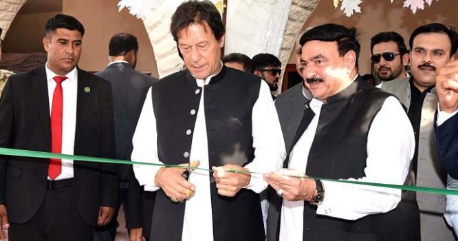 پہلے سے موجود منصوبے کی تختیوں کے اوپر نئے پوسٹر ز لگوا کر عمران خان نے سے پاکستان کے سب سے بڑے منصوبے کا افتتاح کروا دیا گیا