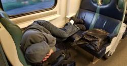سبق مل گیا وہ ٹرین کی سیٹ پر لیٹا ہوا تھا.ایک مسافر نے اسے اٹھانے کی کوشش کی تو وہ غصے سے بولا۔۔۔۔۔