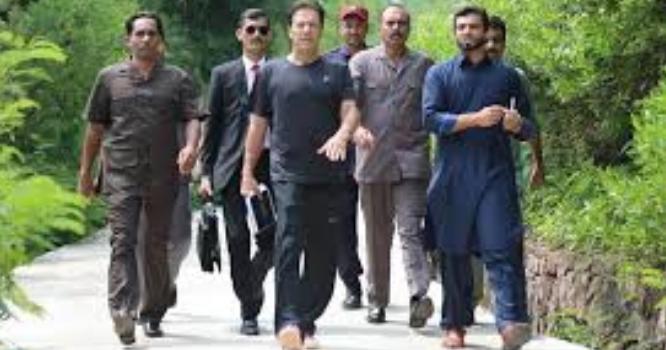 ''نہ کوئی جان کا خوف نہ کچھ ،سادگی ہو تو ایسی '' وزیراعظم عمران خان بغیر پروٹوکول کے مری پہنچ گئے