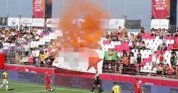 ترکی برازیل  کے درمیان فٹبال میچ میں  شائقین  کا احتجاج ، کھیل دس منٹ کیلئے روکنا پڑا
