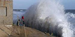 کراچی : سمندری طوفان سے لہریں بلند، ساحلی پٹی پر گھروں میں پانی داخل