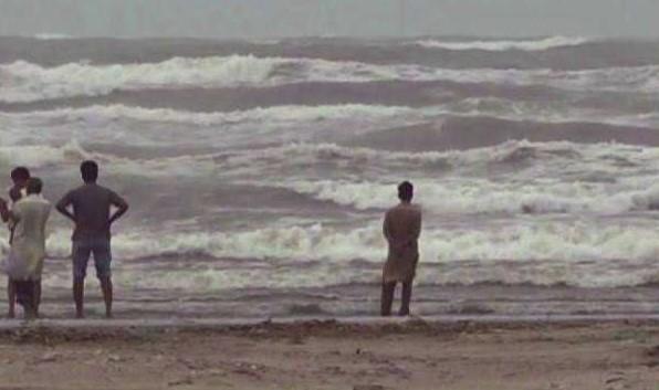 سمندری طوفان 'کیار' شہریوں کی دلچسپی کا باعث بن گیا
