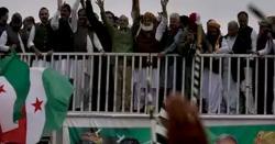 مولانا کے کے کنٹینر سے '' گو نواز گو '' کے نعرے لگوا دیے گئے ، نعرے کس نے لگوائے ، لنک میں موجود ویڈیو دیکھ کر لوگ آنکھوں پر یقین نہ کر پائیں