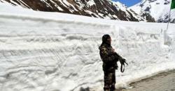 جموں و کشمیر میں سرحد پر تعینات بھارتی فوجی برف میں پھسل کر پاکستان میں آگرا