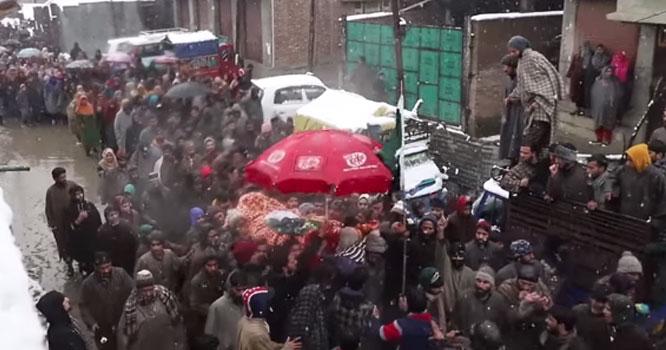 مقبوضہ کشمیر میں اٹھارہ سالہ نوجوان کی نماز جنازہ کے وقت رقت آمیز مناظر دیکھنے میں آئے