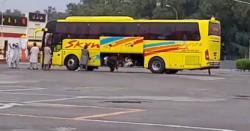 بس میں سامان رکھنے کی جگہ پر مسافروں کو بٹھانے کی ویڈیووائرل
